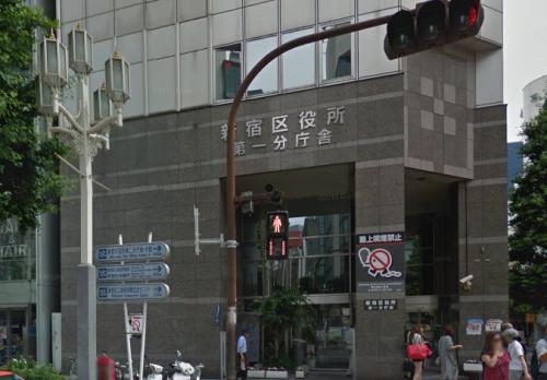 新宿区役所前を通過