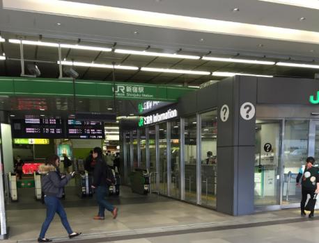 新宿駅南口を出たら左に曲がる