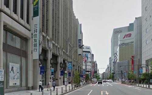 伊勢丹新宿店本館前を通過
